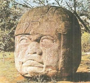 Гигантская каменная голова в шлеме. Культура ольмеков. 1 тыс. до н.э.