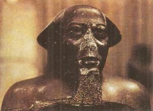 Статуя жреца