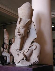 Большая статуя Аменхотепа IV (Эхнатона) из его храма Атона в Карнаке.