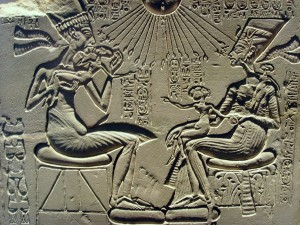 Аменхотеп IV (Эхнатон), его жена Нефертити и их дети. Амарнский период, ок. 1350 г. до н.э., известняк, ширина 39 см. Берлинский государственный музей.