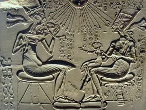 Аменхотеп IV (Эхнатон), его жена Нефертити и их дети.