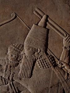 Ашшурбанипал на колеснице во время королевской охоты на льва.