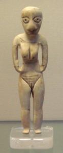 Фигурка женщины (культура Бадари), вырезанная и кости бегемота. Около 4000 г. до н.э. Находится в Британском музее, Лондон, Великобритания.