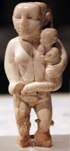 Фигурка женщины и ребенка (культура Бадари)