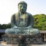 Бронзовая статуя Будды в Японии