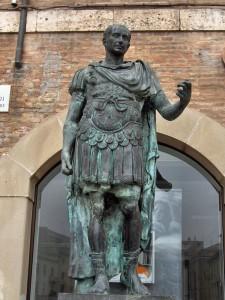 Современная бронзовая статуя Юлия Цезаря
