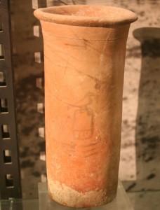 Цилиндрический сосуд с именем фараона I династии Хор Аха. Хранится в музее Кестнера, Ганновер, Германия.