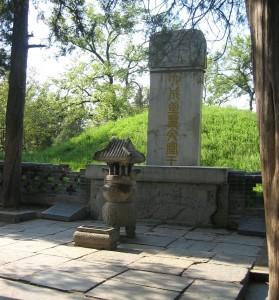 Статуя Конфуция в Императорской Академии Конфуцианского дворца. Пекин, Китай.