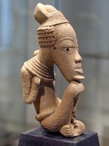 Терракотовая фигурка культуры Нок (Нигерия) 6 в. до н.э.-6 в. н.э. Человек подпирающий коленками свой подбородок. Высота 38 см. Музей Лувр, Франция.