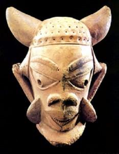 Терракотовая фигурка культуры Нок из Северной Нигерия 500 г. до н.э.-500 г. н.э. Размеры 20,3 см. в высоту 18,4 см. в ширину. Находится в США.