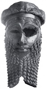 (Вид спереди).Бронзовая голова царя, скорее всего, Саргона Древнего но, возможно, Нарам-Сина. Найдена в Ниневии. Высота 30.5 см.