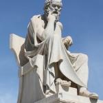 Статуя Сократа около Национальной Академии в Афинах.