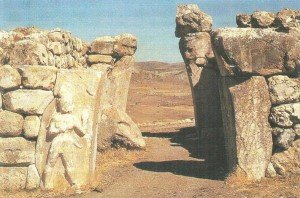 Рельеф, изображающий царя (или бога) с царских ворот Хаттусы. XIV в. до н.э.