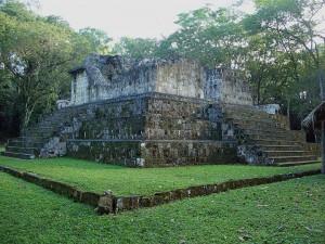 Развалины храма в городе майя - Сейбаль. Гватемала.