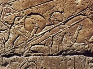 Возможно изображены шардены — представители одного из народов моря. Фрагмент барельефа «Морского боя» из Поминального храма Рамсеса III, в храмовом комплексе Мединет-Абу. Около 1190/1180 г. до н.э.