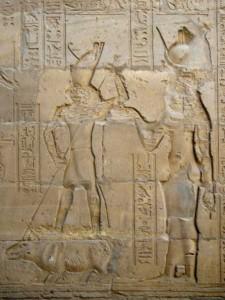 Гор, убивающий Сета в образе гиппопотама. Изображение на стенах храма Гора в Эдфу.