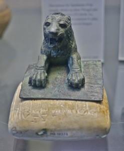 Уркешский лев с табличкой на хурритском языке