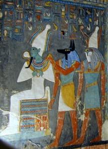 Деталь фриза из углубления в гробнице фараона Хоремхеба, показывающая богов Осириса, Анубиса и Гора.
