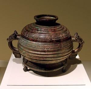 Бронзовый сосуд с надписью, что повелитель Чжоу передает земли и людей своему сановнику Ши Ю. Ок. 1046-771 гг. до н.э.
