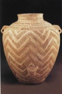 Сосуд с орнаментом лэйвэнь и масками таоте. Белая керамика. Аньян. Хэнань. Эпоха Шан-Инь. Конец II тыс. до н.э.