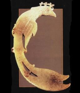 Украшение в виде мифической птицы. Нефрит. Из могилы верховной жрицы и воительницы Фу Хао. Эпоха Шан-Инь.