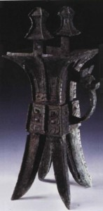 Ритуальный сосуд для вина с орнаментом таоте и ручкой в виде  птицеобразного дракона.