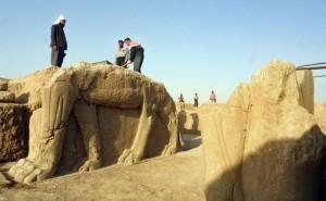 Иракские рабочие на раскопках Нимруда в 2001 году