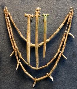 Ожерелье из костей и клыков. Ямная культура.