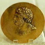 Золотой медальон с портретом Филиппа II. Лицо необычно повернуто в левую сторону, чтобы скрыть выбитый правый глаз.