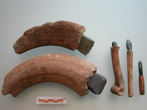 Неолитические орудия с рукоятками из кости и рога