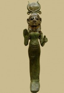 Финикийская благословляющая богиня. Выполнена в египетском стиле (богиня Хатхор). Посеребренная бронза. VIII в. до н.э. Хранится в Лувре, Париж, Франция.