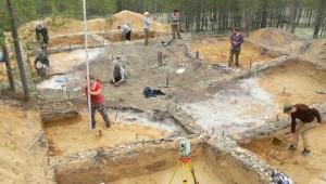 Студенты и преподаватели истфака УрФУ на раскопках.