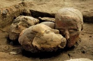 Украшенные черепа, найденные в Телль-Асвада, неподалеку от Дамаска. Натуфийская культура.