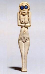 Костяная статуэтка с глазами из лазурита.