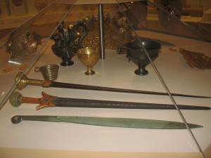 Микенские мечи и кубки. Музей в Микенах, Греция.