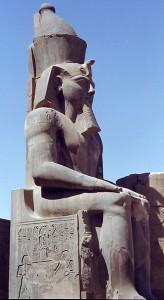 Колосс Тутмоса II в храме Луксор. Луксор.