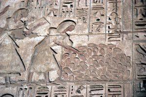 Барельеф, на котором считают отрубленные руки врагов. Поминальный храм Рамсеса III в Мединет -Хабу (Луксор). XX династия.