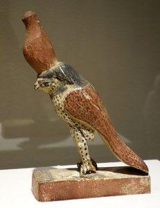 Статуэтка Гора. Возможно, XIX-я династия, ок. 1293-1185 гг. до н.э. Дерево, гипс и полихромная отделка.